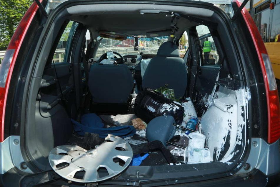 Im Kofferraum des Autos wurden durch den Aufprall ein Farbeimer zerstört.