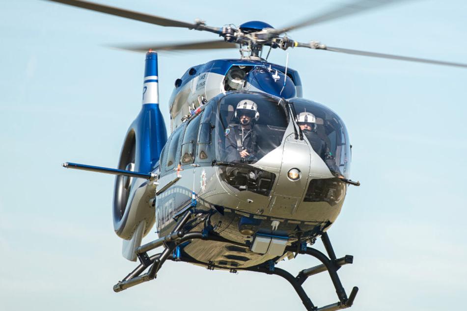 Mit einem Hubschrauber sucht die Polizei den Leipziger Süden ab. (Symbolbild)