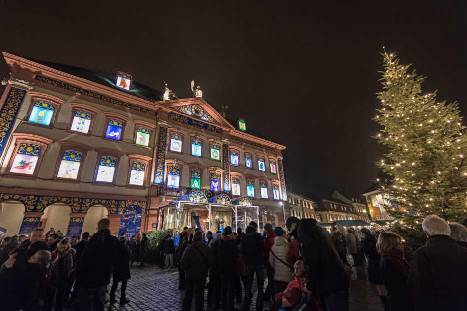 An einem überdimensionalen Advenskalender sind am Abend des 23.12.2016 in Gengenbach am historischen Rathaus alle Fenster beleuchtet. (Archivbild)