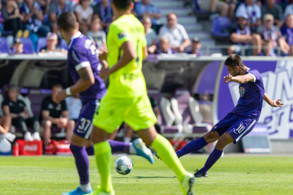 """Dimitrij Nazarov hat abgezogen. Gleich schlägt der Ball wie an der Schnur gezogen zum zwischenzeitlichen 2:0 ein. """"Dima"""" profitiert von der offensiven Variante mit drei Stürmern."""