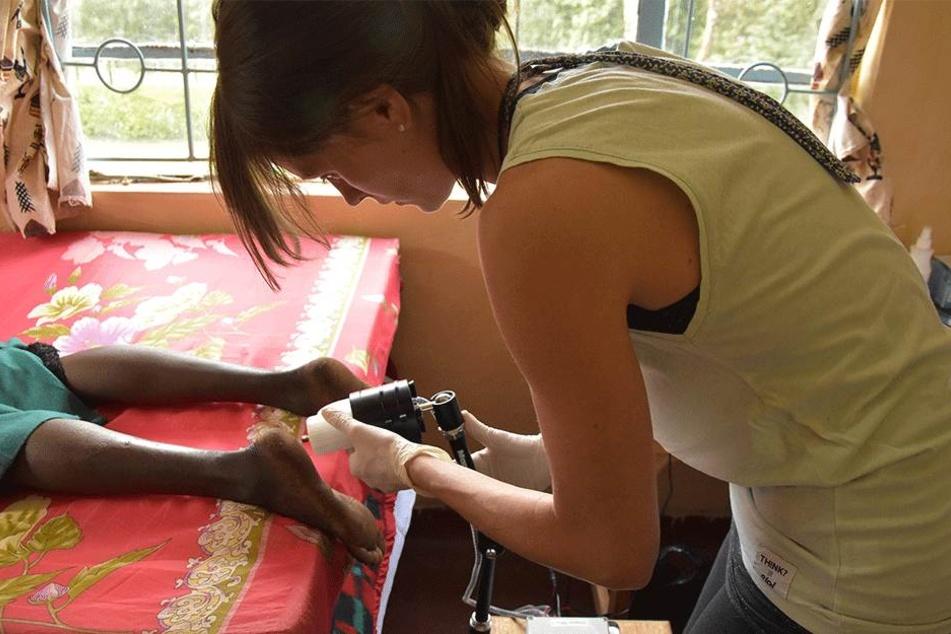 Tina Drechsel von der TU Chemnitz untersucht die Fußsohle einer Probandin aus Kenia.