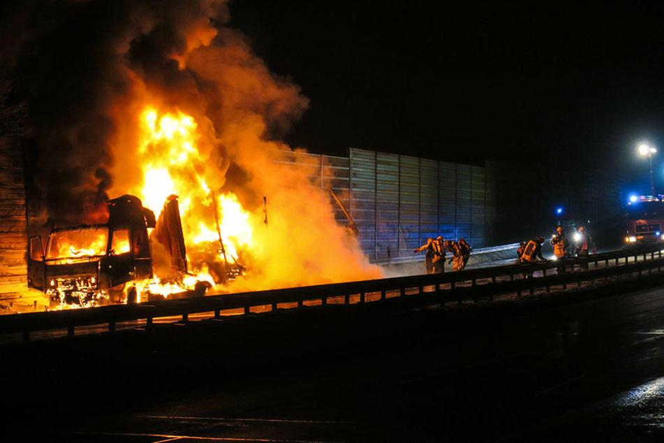 Der Lkw stand komplett in Flammen.