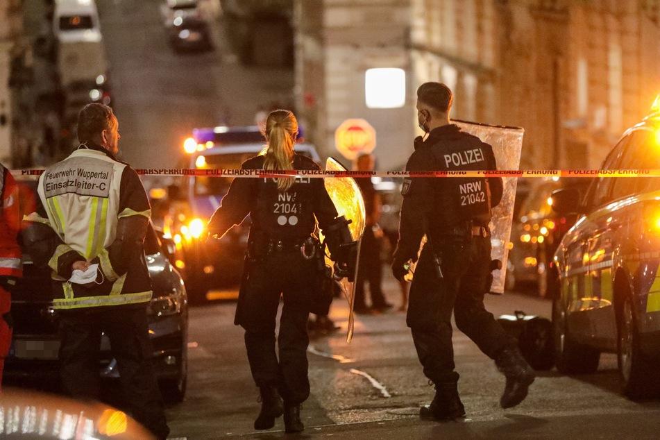 Polizei, Feuerwehr und ein Rettungswagen waren vor Ort. Der 23-Jährige wurde bei seiner Festnahme leicht verletzt.