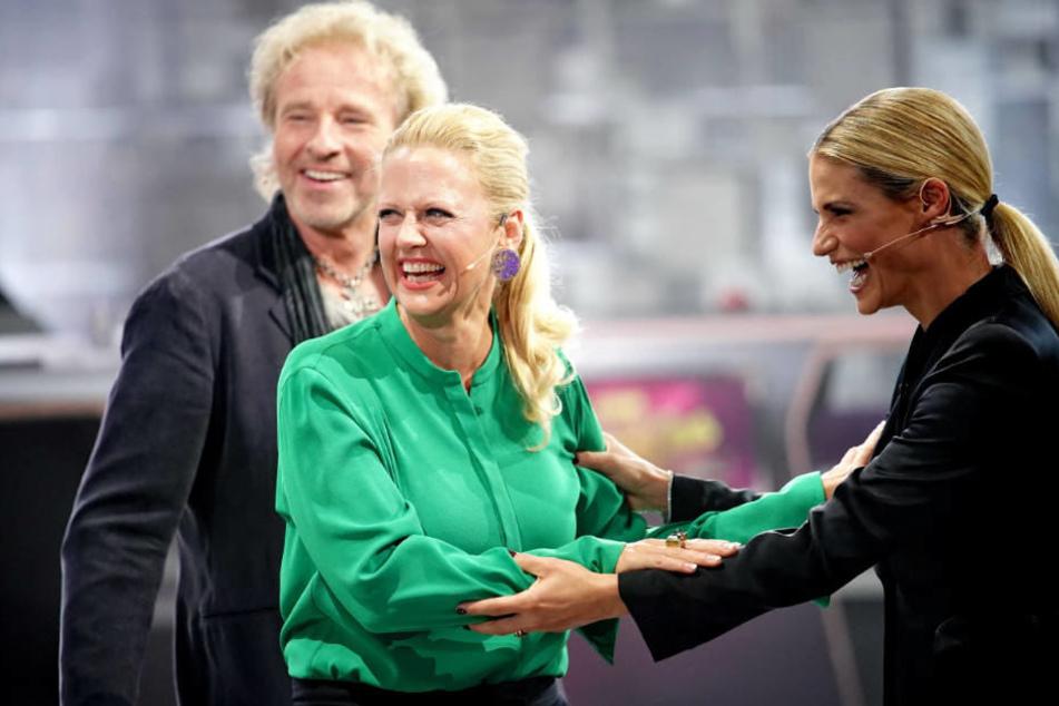 Natürlich sorgte die unfreiwillige Einlage für Stimmung im Studio. Vor allem Frau Schöneberger schüttete sich aus vor Lachen.