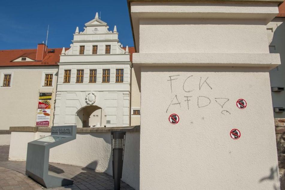An mehreren Mauern rund um Schloss Freudenstein wurden Schriftzüge und Aufkleber angebracht.