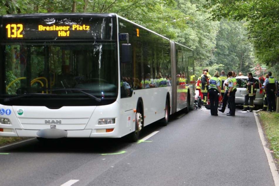 Tödlicher Unfall: Rollerfahrer kollidiert mit KVB-Bus und Auto