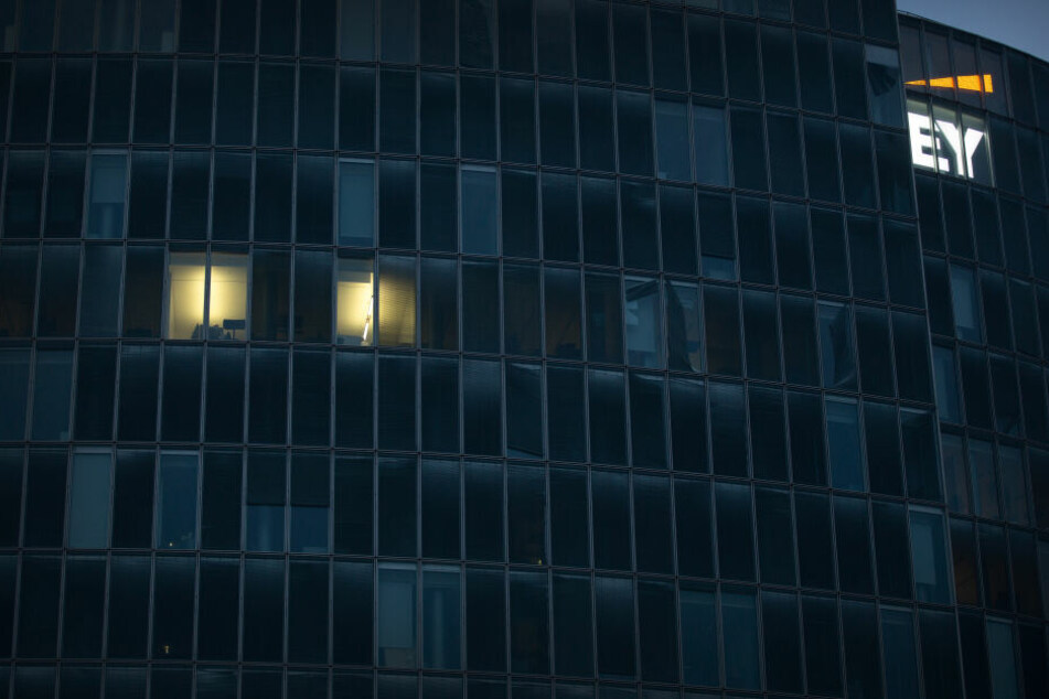 Wenige Büros sind im Bürogebäude der Unternehmensberatung Ernst & Young beleuchtet.