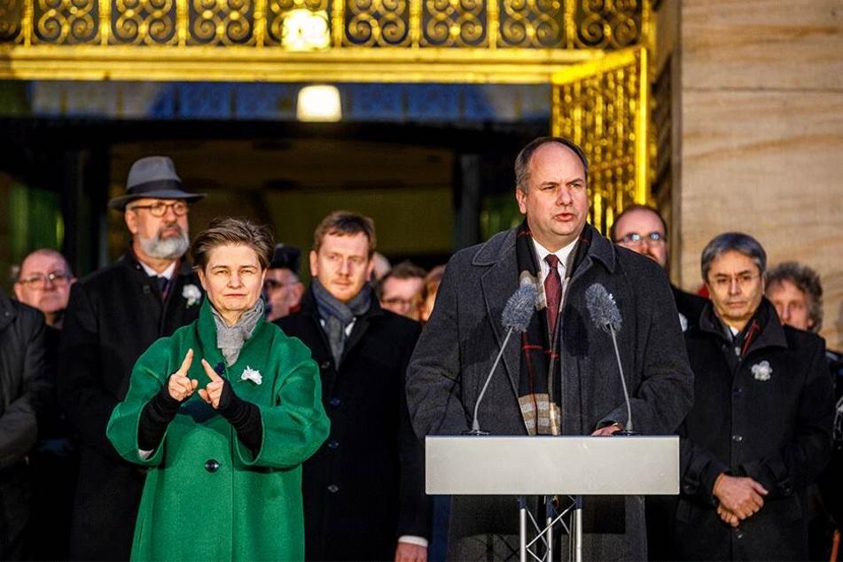 OB Dirk Hilbert (47, FDP) sprach vorm Rathaus, neben ihm übersetze eine Gebärdendolmetscherin.