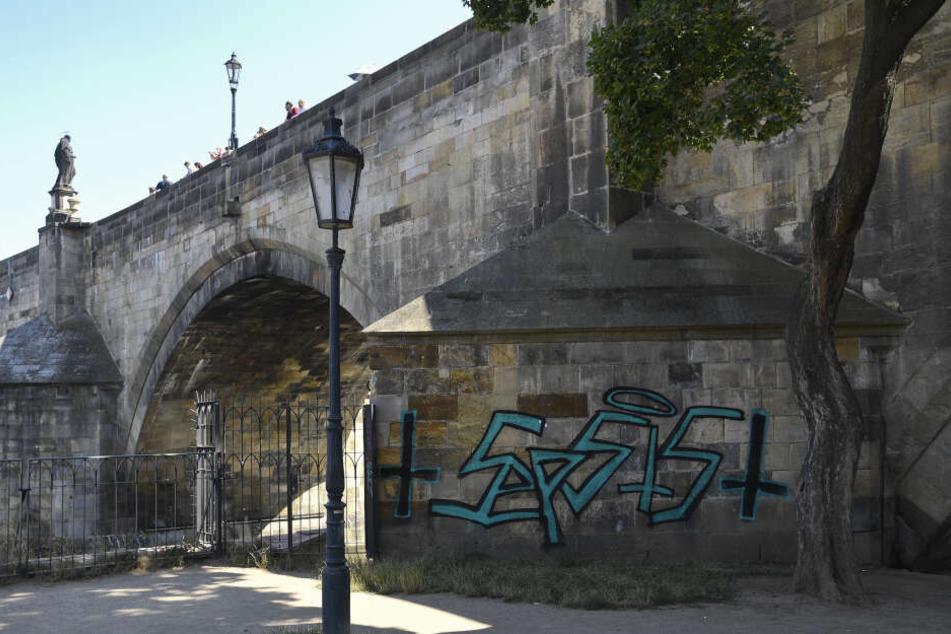 """""""Putzteufel"""" wollen Graffiti an Prager Brücke beseitigen, doch nun werden sie von der Polizei gejagt"""