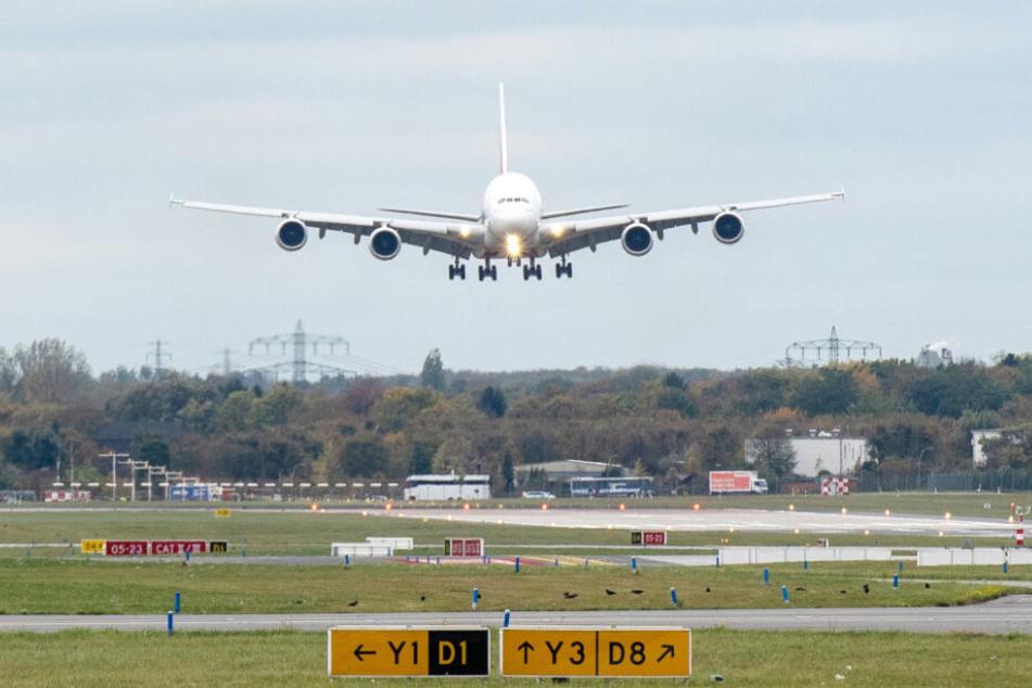 Ein Airbus 380 landet am Flughafen Hamburg.