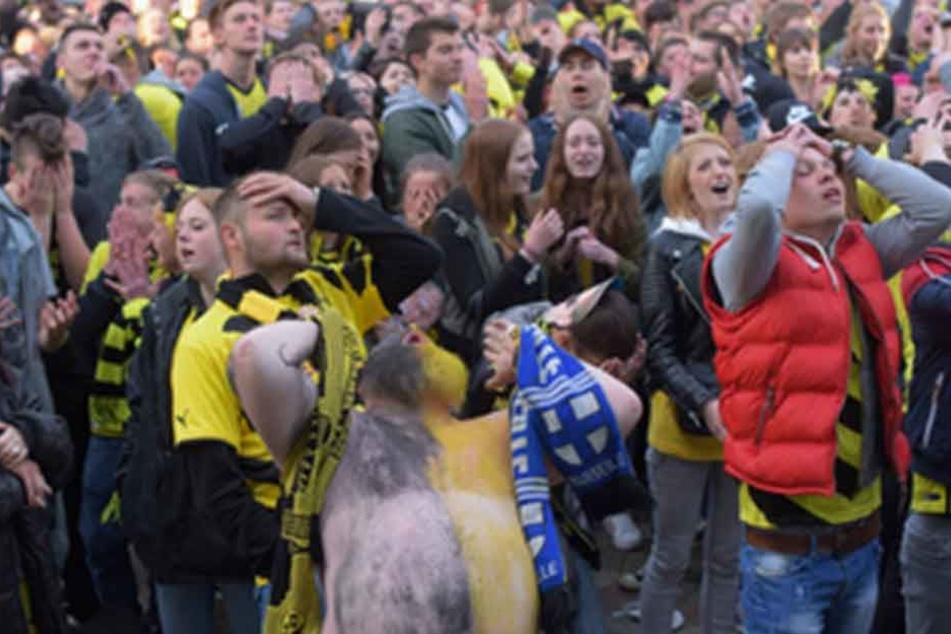 Das Public Viewing am Dortmunder Friedensplatz nahm für eine 29-Jährige ein unschönes Ende (Symbolbild).