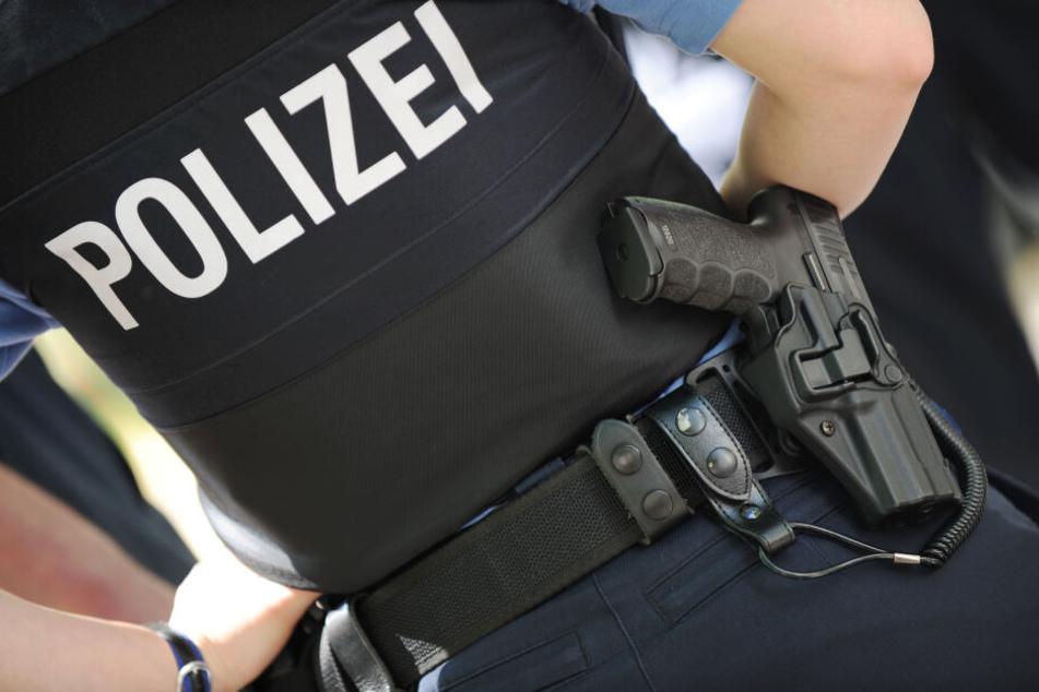 Eine Polizeibeamtin trägt ihre Dienstwaffe am Gürtel.