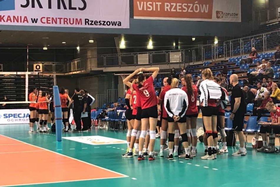 Beim Vorbereitungsturnier in Polen war Korhonen schon mit dem Spezialschuh (ganz rechts am Bildrand) zu sehen.