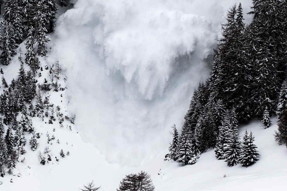 In den französischen Alpen sind zwei Pistenarbeiter bei dem Versuch ums Leben gekommen, eine Lawine kontrolliert zu sprengen. (Symbolbild)