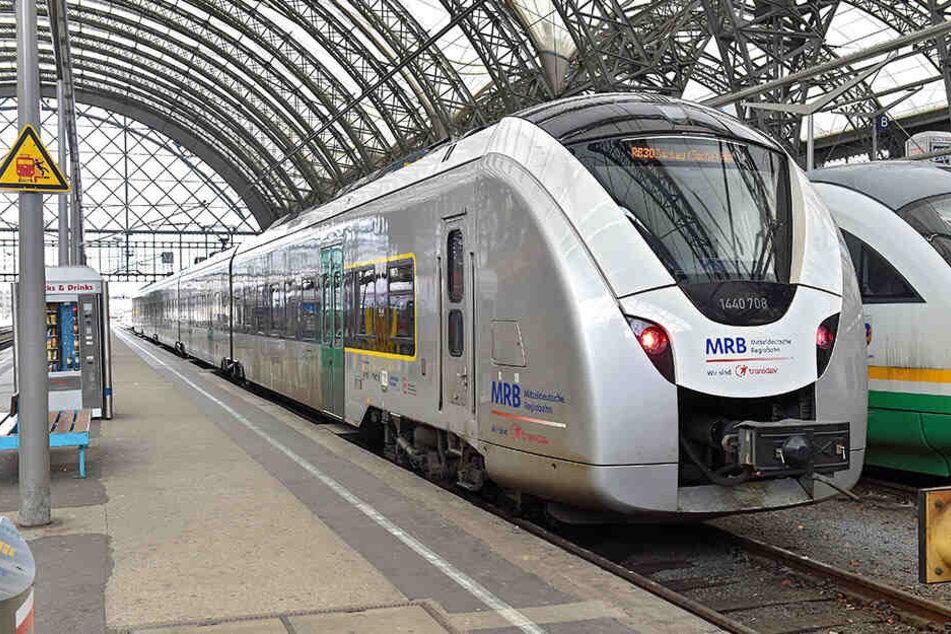 Ein Zug der Mitteldeutschen Regiobahn hält am Bahnhof. Für das Spiel der Chemnitzer in Leipzig wurde ein Extra-Halt eingerichtet, um die Tickets zu kontrollieren.