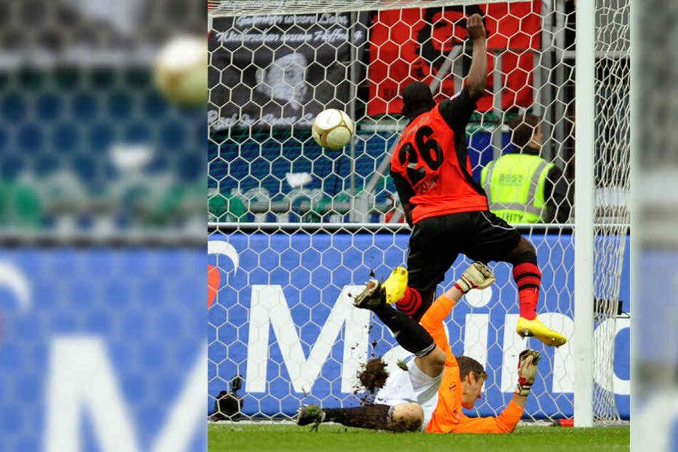 Juvhel Tsoumou erzielt gegen den Münchner Torwart Hans-Jörg Butt den 1:1-Ausgleich im Spiel Eintracht Frankfurt gegen Bayern München (Archivfoto vom 20.03.2010).
