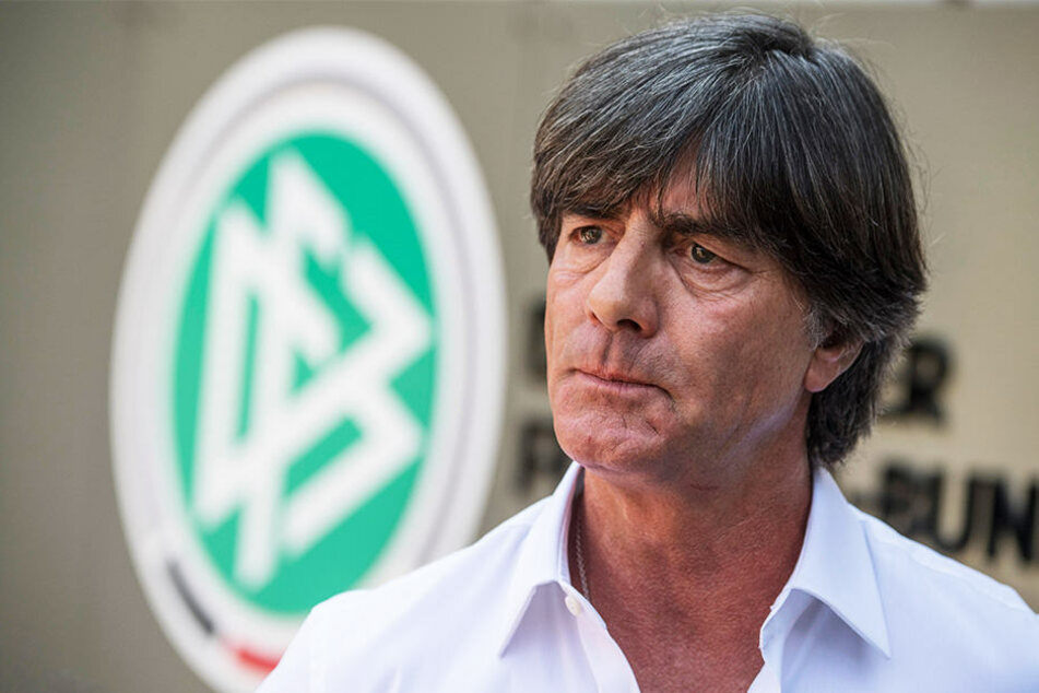 Jogi Löw hat aus dem Internet erfahren müssen, dass Mesut Özil aus der Nationalmannschaft zurücktritt.