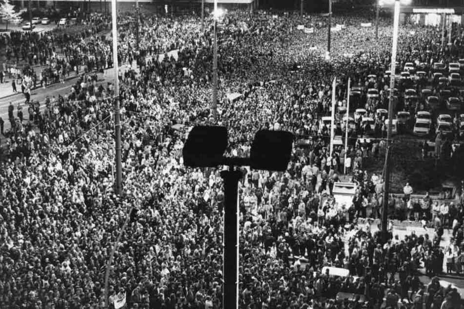 Hunderte Menschen bei einer Montagsdemonstration 1989 in Leipzig. Der MDR hat nun zahlreiche Filmdokumente aus der Wendezeit ungeschnitten online gestellt.