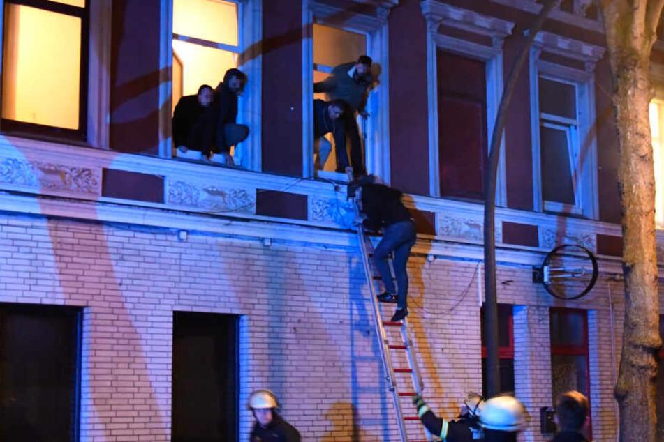 Über Leitern wurden die Menschen aus dem Gebäude gerettet.