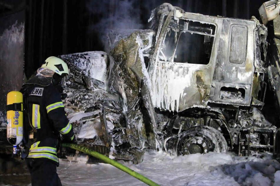 Die Fahrzeuge fingen durch den Unfall Feuer. Der Fahrer des eingeklemmten Fahrzeuges starb.