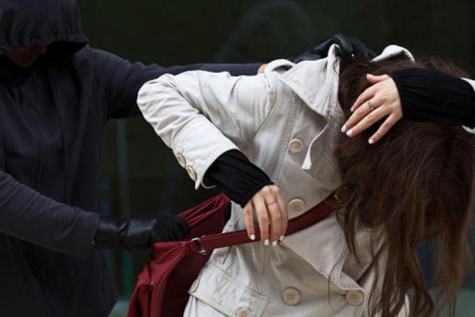 Der 18-Jährige packte seine Ex-Freundin an den Haaren und schlug ihren Kopf gegen eine Wand. (Symbolbild)