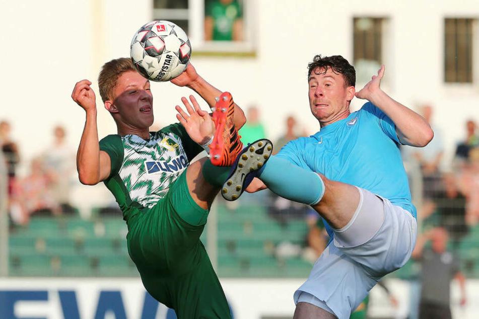 Der eingewechselte Max Keßler und Yannis Becker kämpfen weit über dem Rasen um den Ball.