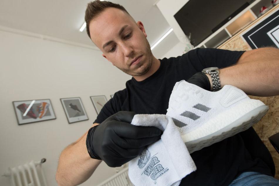 Der Sneacker-Cleaner bei der Arbeit: Wie neu muss das Paar aussehen, damit die Schuh-Liebhaber zufrieden sind.