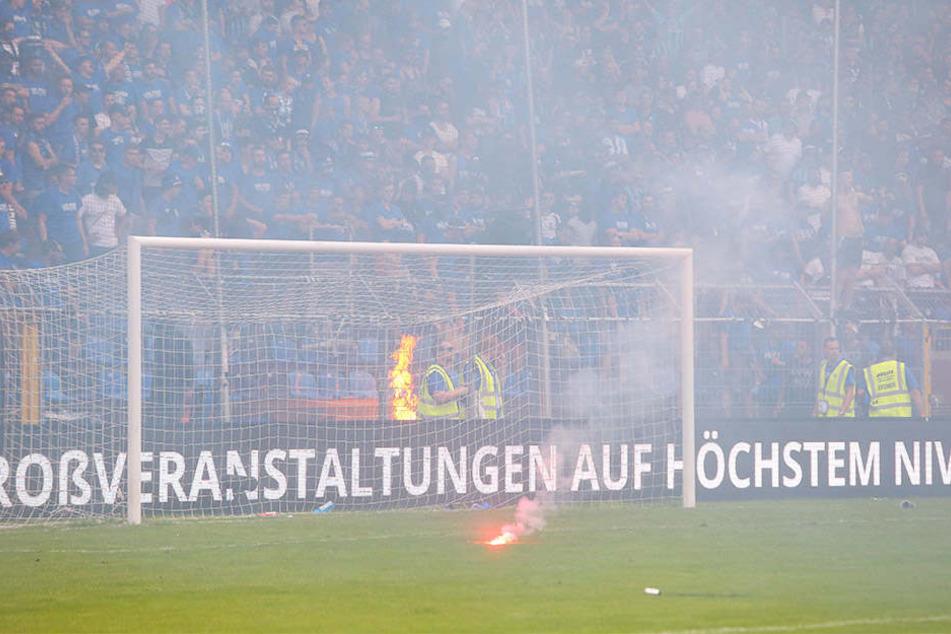 Offene Feuer am Zaun, brennende Bengalos auf dem Spielfeld: Dem SV Waldhof Mannheim droht wegen dem Verhalten seiner Fans gewaltiger Ärger.