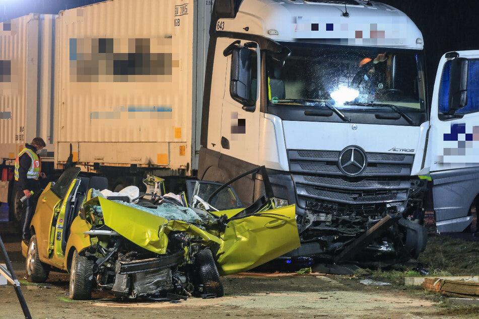 Eine Autofahrerin ist bei einem Unfall mit einem Lastwagen auf der Bundesstraße 289 bei Marktzeuln schwer verletzt worden.