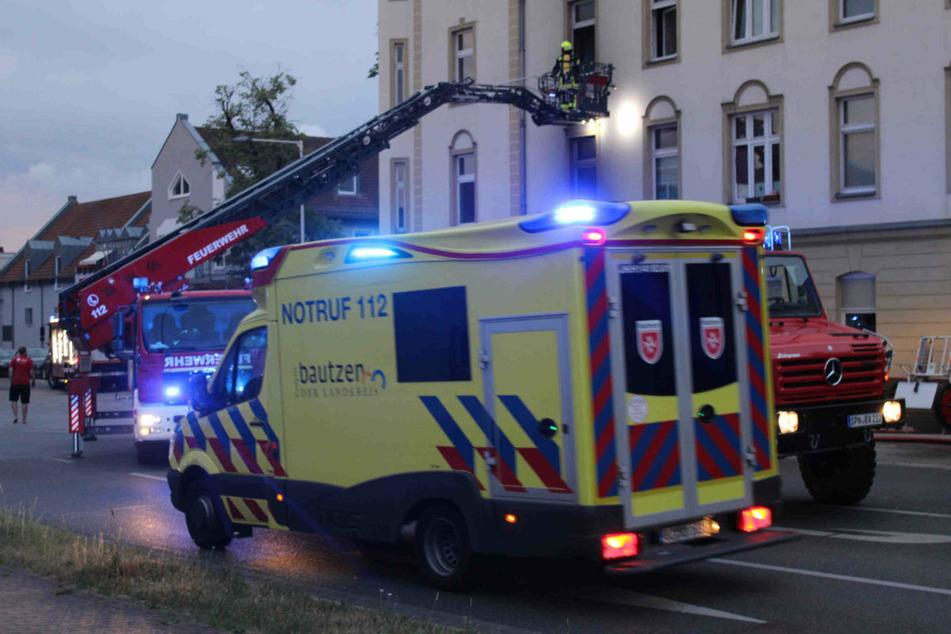 Auch eine Drehleiter war im Einsatz. Sämtliche Bewohner konnten unverletzt den Flammen entkommen.