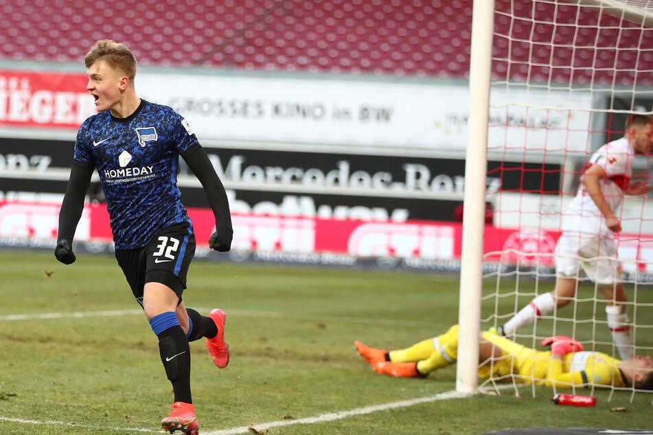 Beim Bundesliga-Spiel gegen den VfB Stuttgart erzielte Herthas Luca Netz (18, l.) seinen ersten Treffer im Profi-Fußball.