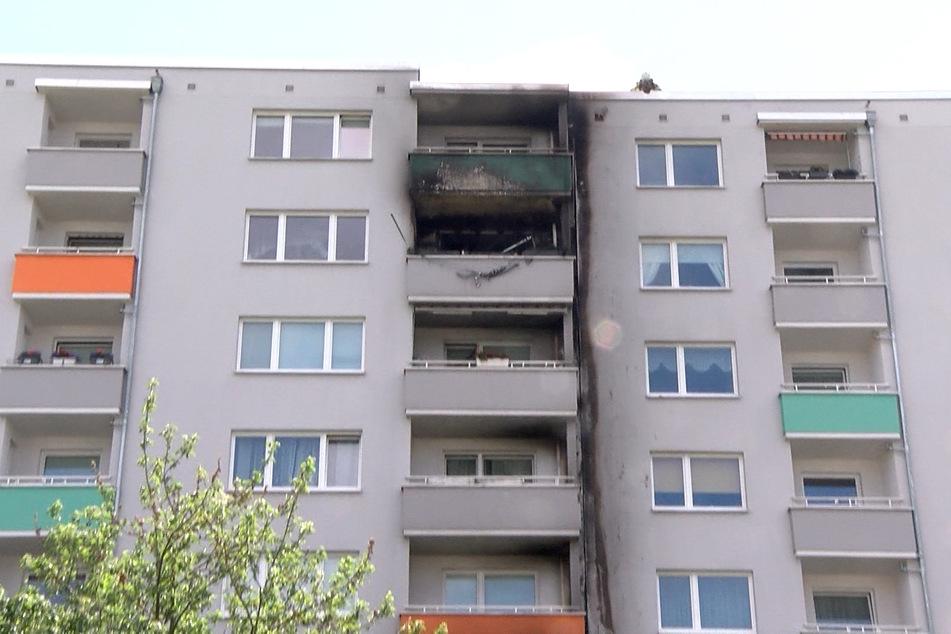 Brandspuren sind an dem Mehrfamilienhaus zu erkennen. Mehrere Bewohner wurden bei dem Feuer verletzt.