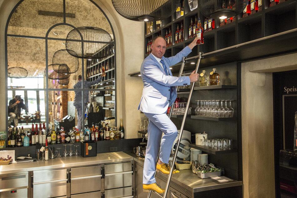 Letzte Handgriffe: Restaurantleiter Stefan Wallbaum (48) füllt die Bar auf.