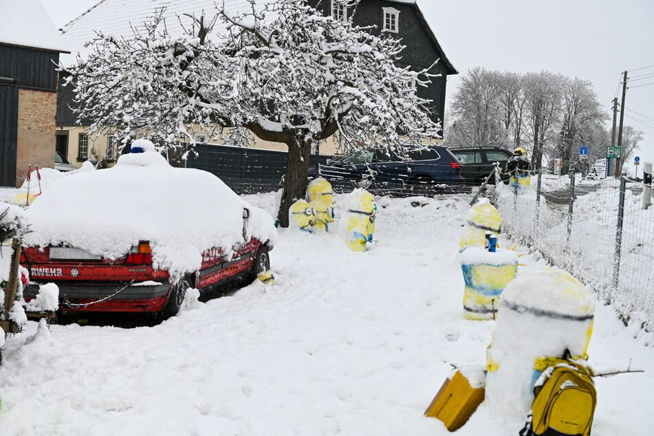 Der Weihnachtsgolf (l.) umzingelt von gelben Minions.
