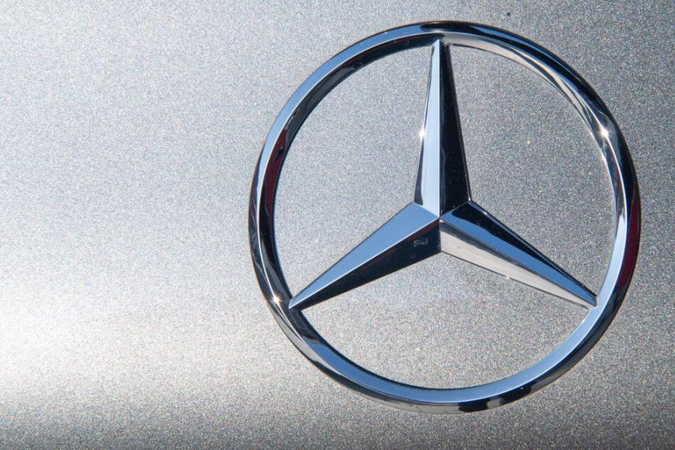 Ein Mercedesstern glänzt im Licht.