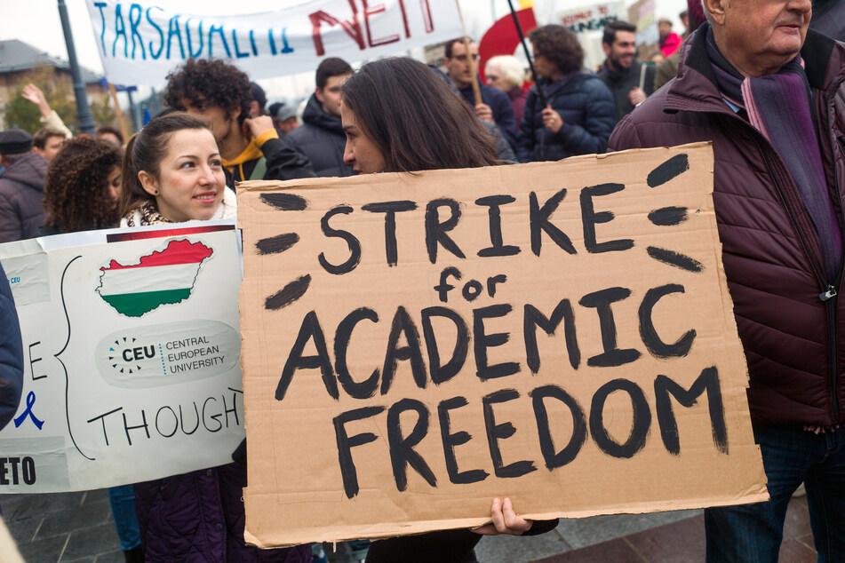 Jugendliche demonstrieren auf dem Fõvám tér-Platz gegen die Behinderung der Central European University (CEU) und gegen die Bemühungen der Regierung, die Freiheit von Wissenschaft und Bildung einzuschränken.