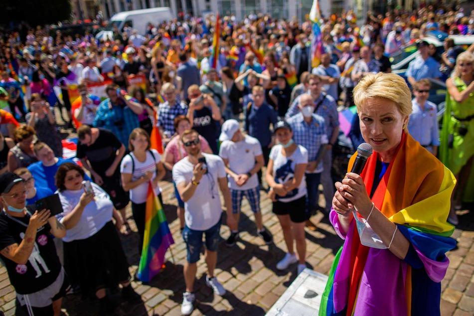 Manuela Schwesig (47, SPD), Ministerpräsidentin von Mecklenburg-Vorpommern, spricht vor den rund 700 Teilnehmer des Christopher Street Day.