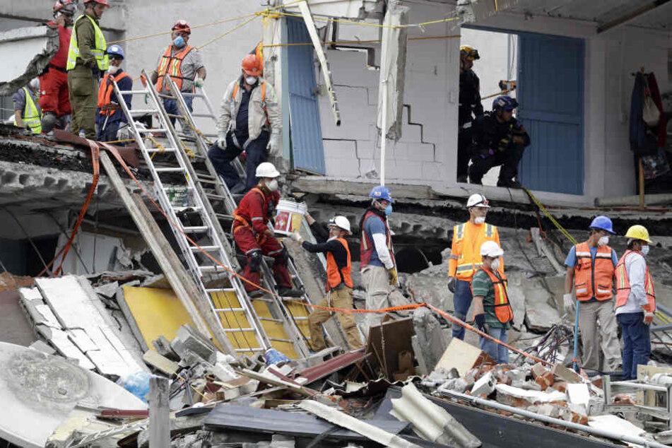 Spezialisten von Such- und Rettungseinheiten aus Mexiko, USA und Israel arbeiten an einem eingestürzten Gebäude in Mexiko-Stadt