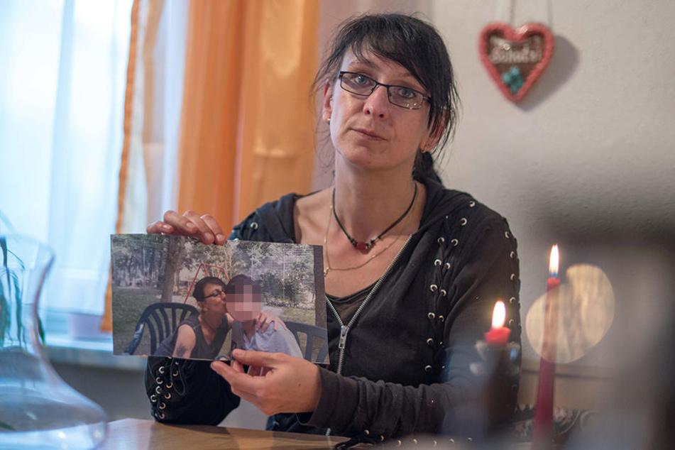 Manuela Richter mit einem Foto, das sie beim Besuch ihrer Tochter Bianka in der Kinder- und Jugendpsychiatrie in Rodewisch zeigt.