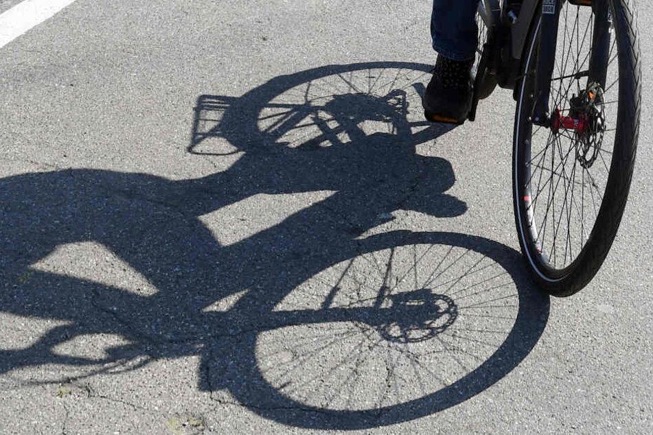 In Leipzig-Gohlis stürzte am Donnerstagnachmittag eine E-Bikerin (79). Der Fahrer des Autos, das ihr zu nah kam, fuhr weiter. (Symbolbild)