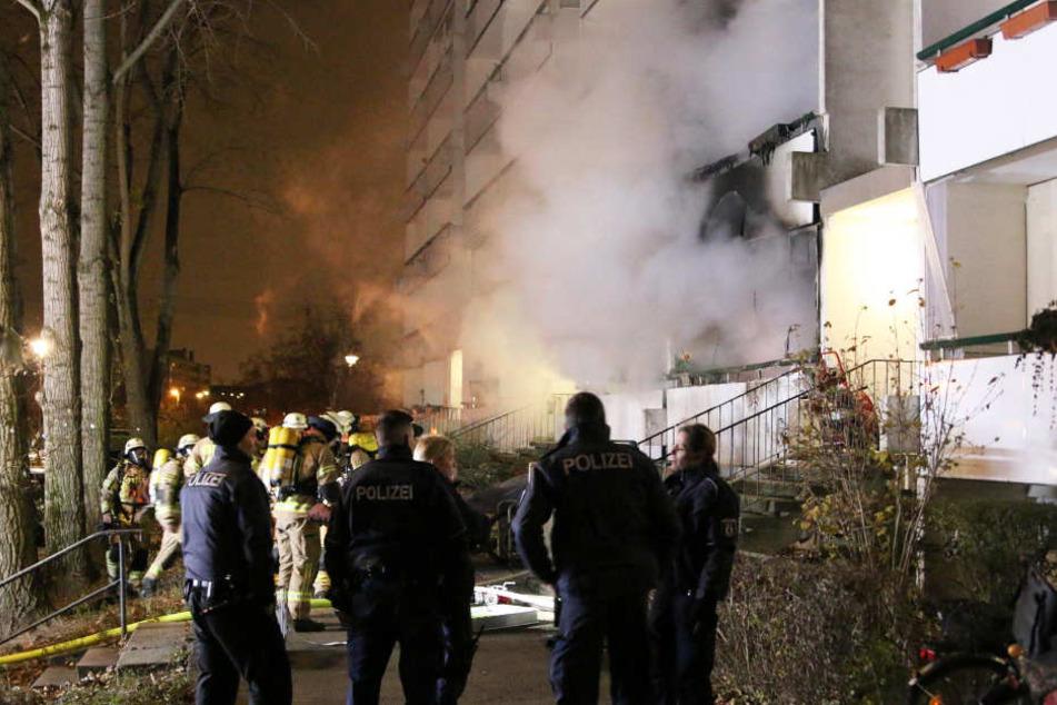 Feuerwehr und Polizei waren mit einem Großaufgebot am Einsatzort in Berlin-Marzahn.