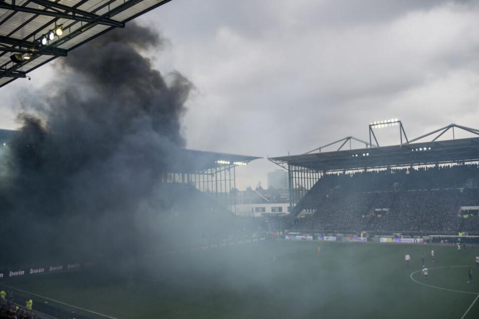 Rauchschwaden aus dem HSV-Fanblock ziehen kurz nach Anpfiff durch das Stadion.