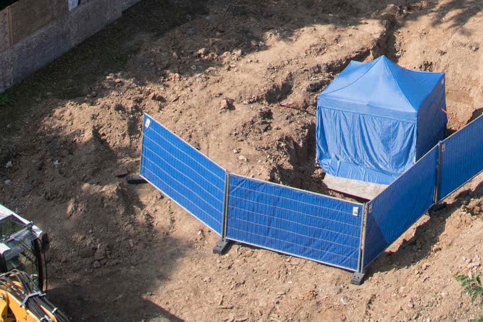 Ein blaues Zelt schützt die Weltkriegsbombe, die in Frankfurt gefunden wurde.