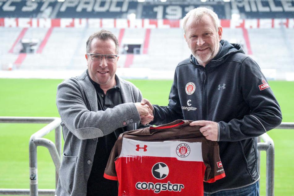 Sportchef Uwe Stöver (rechts) stellte im Dezember vergangenen Jahres Markus Kauczinski als Trainer des FC St. Pauli vor.
