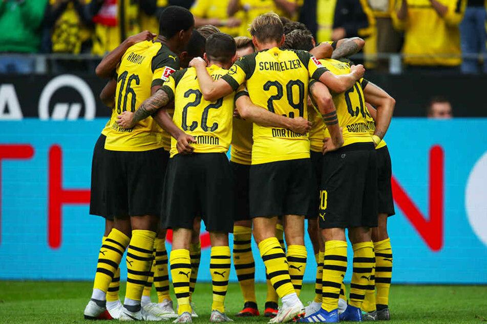 Sinnbildlicher, mannschaftlich geschlossener Jubel: Die BVB-Elf feiert das 3:1 von Axel Witsel.