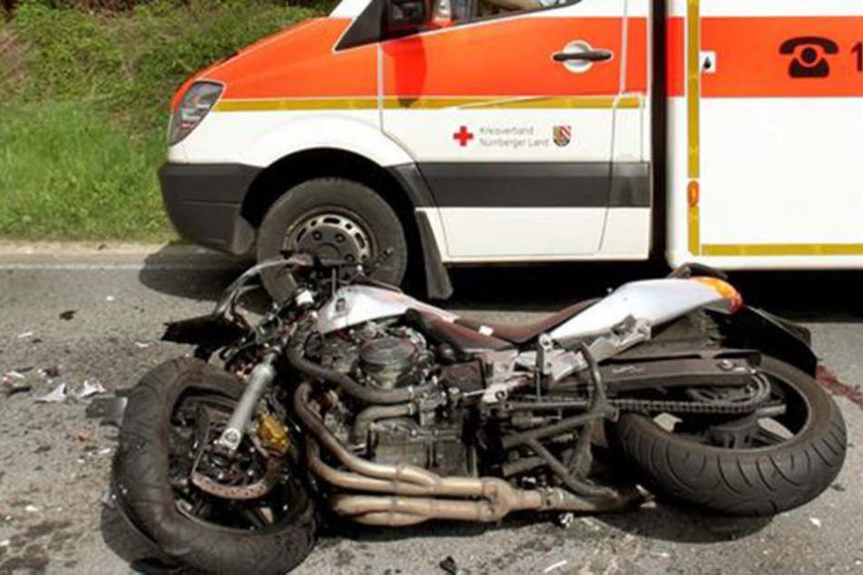 Der Motorradfahrer starb noch an der Unfallstelle (Symbolfoto).