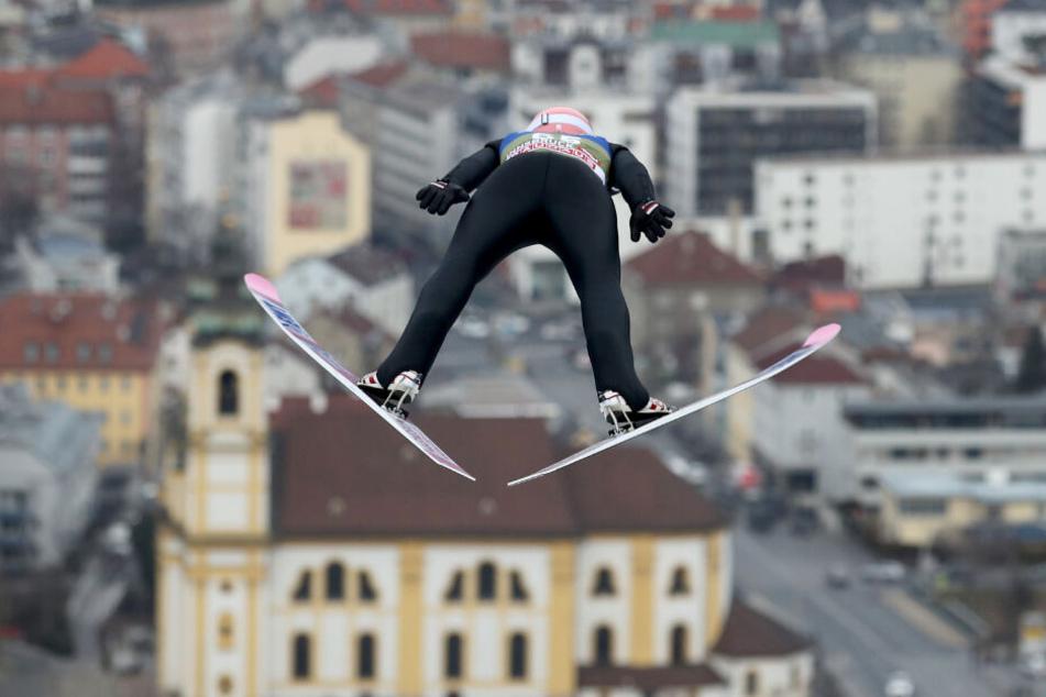 Dawid Kubacki bei einem Sprung in Innsbruck.
