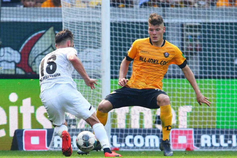 Dynamo gegen den FC St. Pauli: Kevin Ehlers (r.) versucht, Dimitrios Diamantakos zu stoppen.