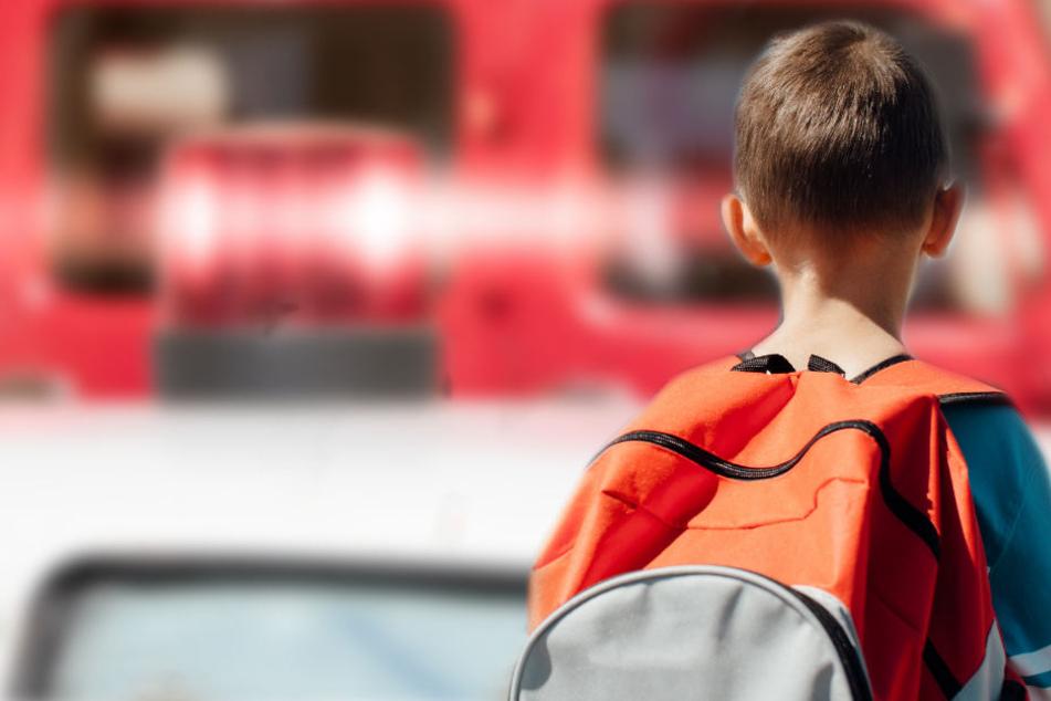 Das Kind (8) ist beim überqueren einer Straße von ein Auto angefahren worden. (Symbolbild)
