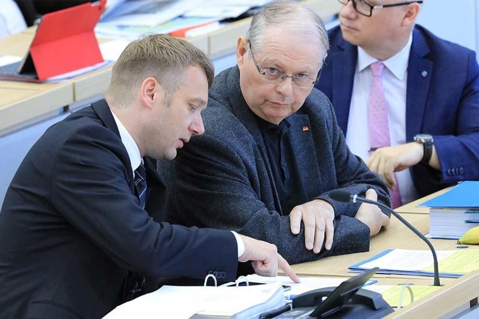 André Poggenburg (42) neben dem parlamentarischen Geschäftsführer der AfD-Landtagsfraktion Sachsen-Anhalt, Robert Farle (67).